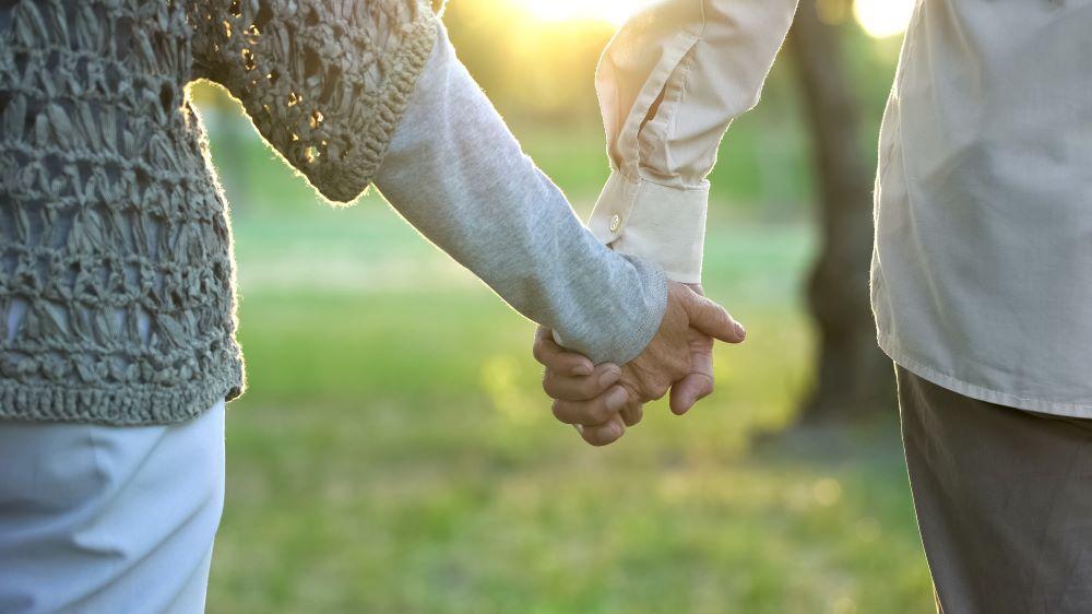 preparer-sa-retraite-mains-unies-couple-agé